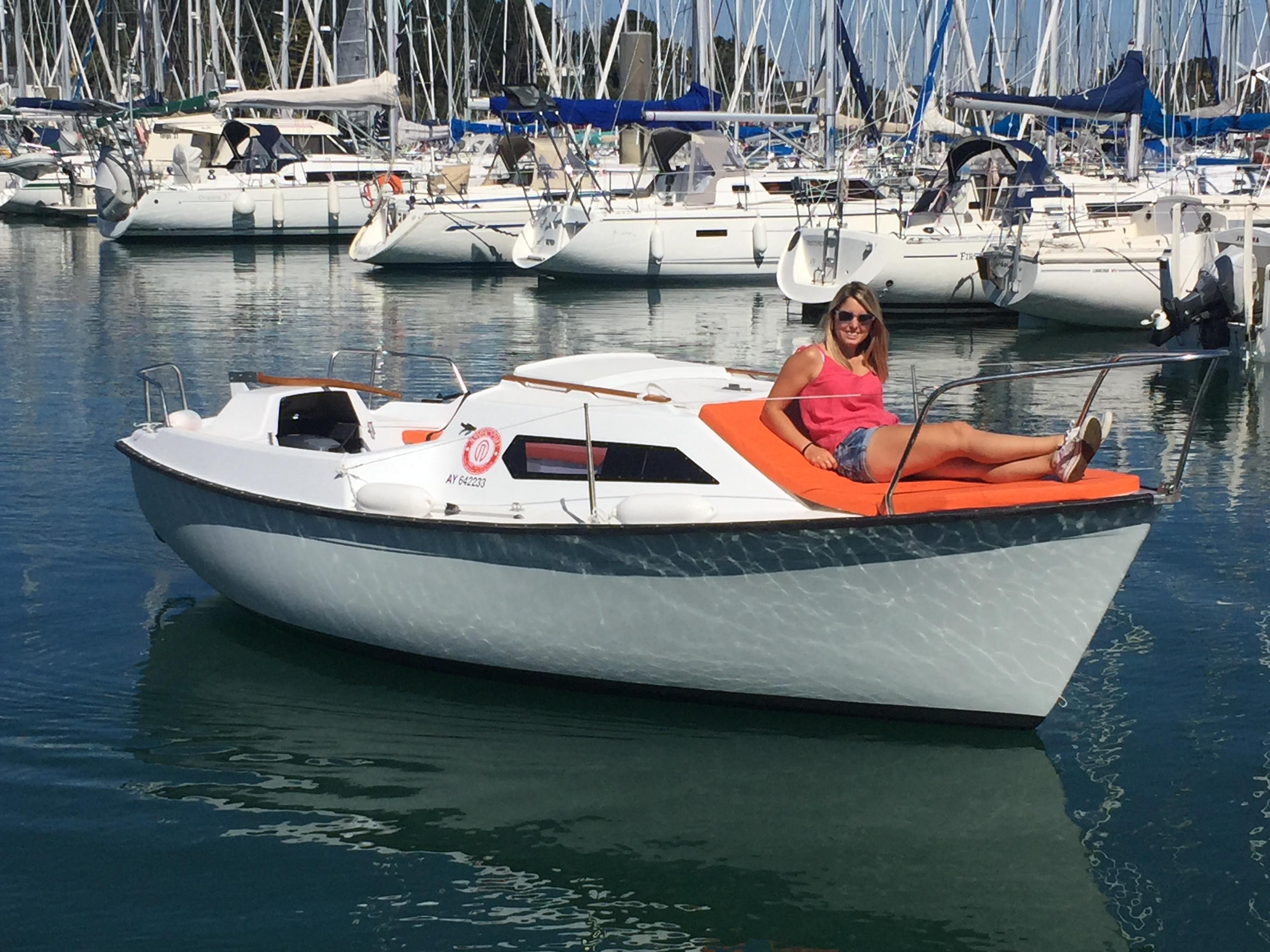 location bateaux moteurs sans permis en bretagne dans le golfe du morbihan. Black Bedroom Furniture Sets. Home Design Ideas